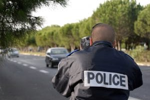 Policier qui observe une infraction routière
