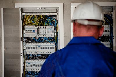 Technicien devant panneau électrique