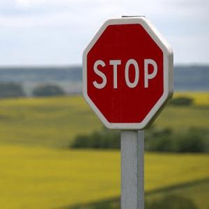 Panneau stop et risque du téléphone au volant sur le code la route