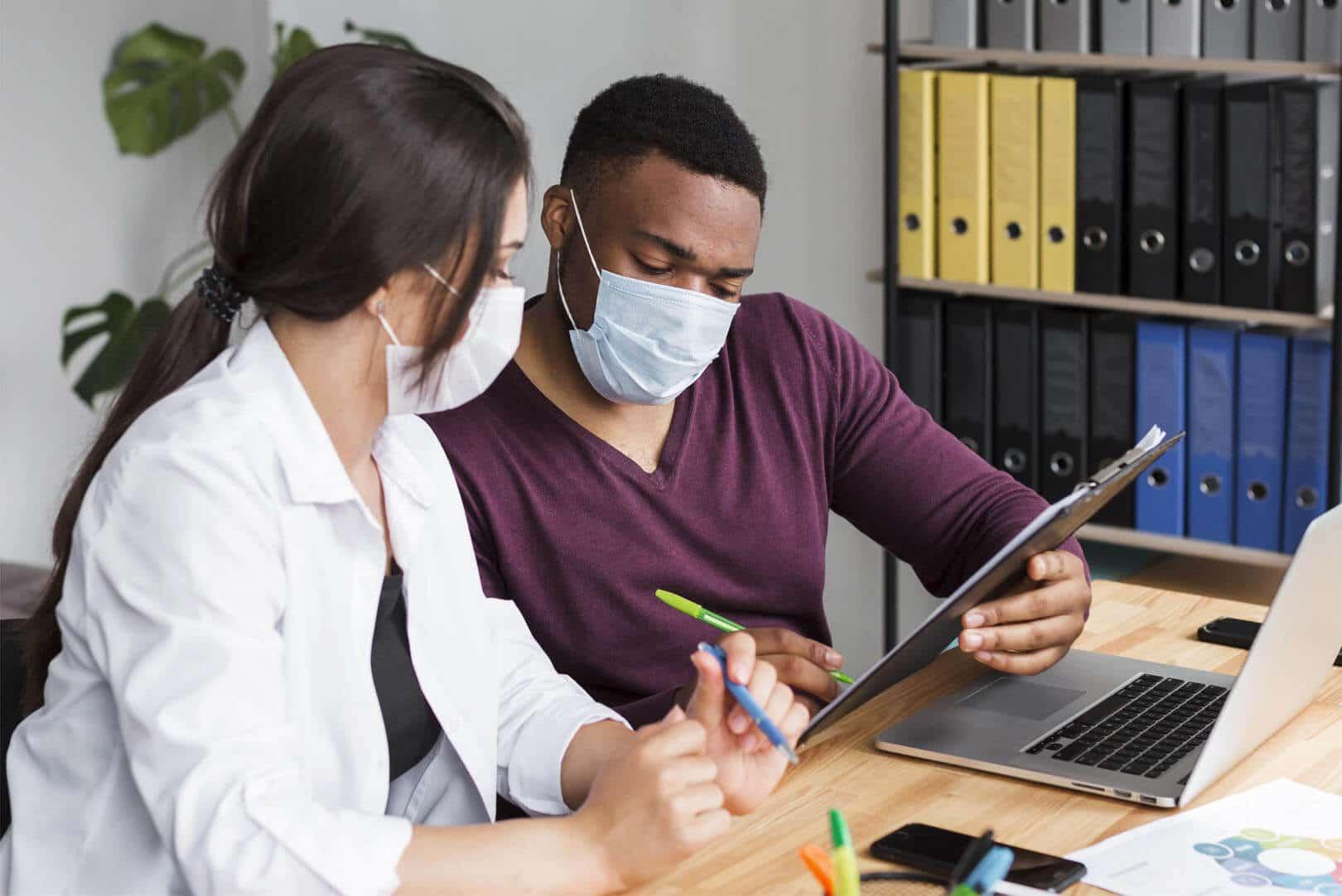 Deux collègues avec des masques