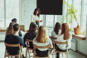 Une formatrice propose une formation professionnelle en présentiel