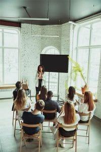 Une femme propose une formation professionnelle en présentiel